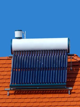Zonnecellen voor ecologische energie, zonne-energie boiler Stockfoto