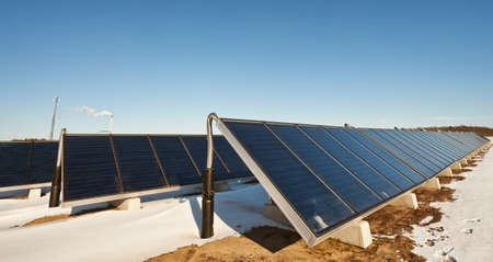 warm water: Zonne-energie fabriek voor de productie warm water om de macht en het huis verwarmen