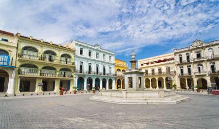 Panorama de la vieja Habana Vieja plaza con edificios de colores tropicales, La Habana, Cuba