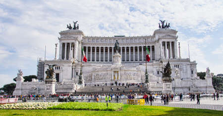 vittorio emanuele: View of the national monument Vittorio Emanuele II on the the Piazza Venezia in Rome, Italy