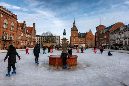 Jazda na łyżwach w centrum miasta Esbjerg zimą, Dania