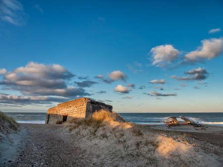 Bunker de WW2 sur une plage danoise à Thyboroen, Danemark