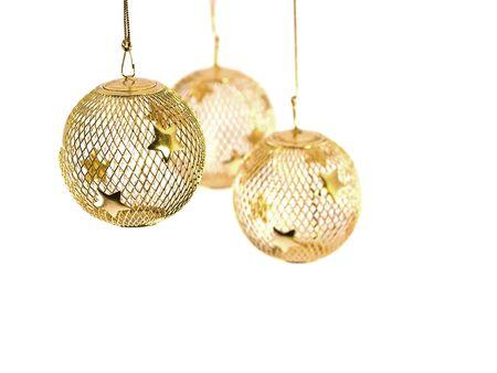 Een holle gold wire mesh Christmas ornament met sterren.