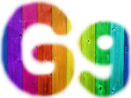 De letter G met een houten regenboog achtergrond