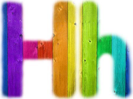 De letter H met een houten regenboog achtergrond