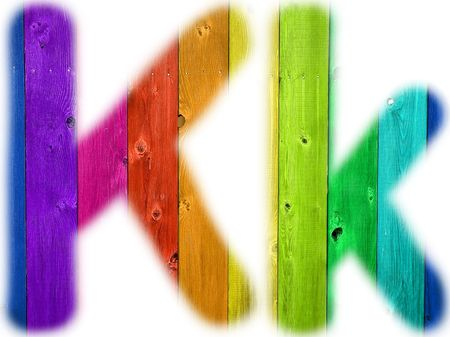 De letter K met een houten regenboog achtergrond