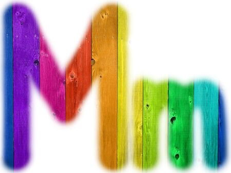 De letter M met een houten regenboog achtergrond
