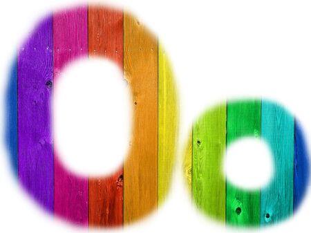De letter O met een houten regenboog achtergrond
