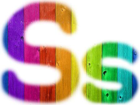 De letter S met een houten regenboog achtergrond