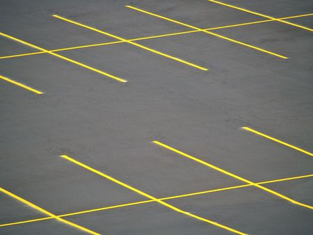 Een leeg parkeerterrein vers gebouwd en geschilderd