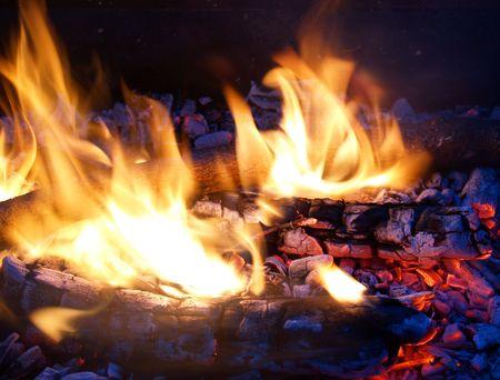 glut: Flammen in einer Feuerstelle mit gl�henden Kohlen Lizenzfreie Bilder