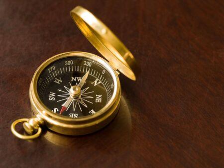 Compass laiton sur une table cherrywood ancien