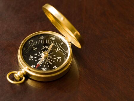 Messing kompas op een oude kersen houten tafel