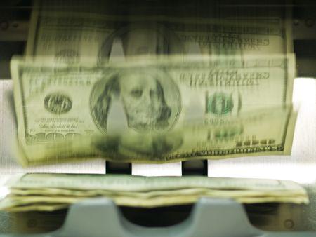 Un compteur de monnaie électronique, traitement des billets de 100 $ US Banque d'images - 6385487