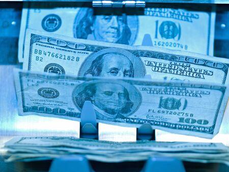 An electronic money counter processing US $100 bills Banco de Imagens