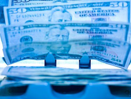 Un compteur de monnaie électronique, traitement des factures de 50 $ US Banque d'images - 6430867