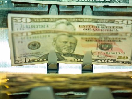 Un compteur de monnaie électronique, traitement des factures de 50 $ US Banque d'images - 6430870