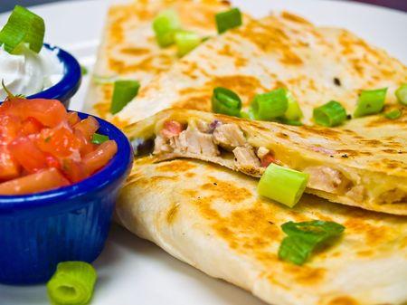 Huhn Quesadilla mit Sour Cream und Salsa