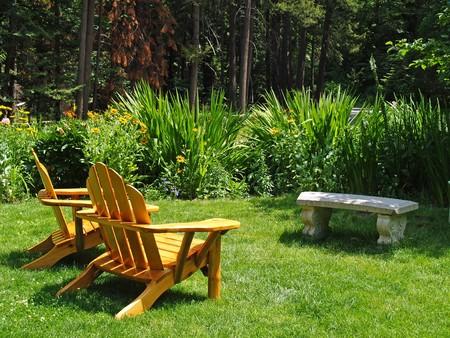 Lege Adirondack stoelen in een groen park