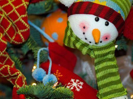 sueteres: Adornos de hombre de las Nieves Holiday de árbol de Navidad de suspensión en un árbol  Foto de archivo