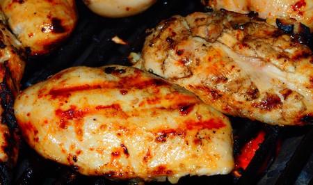 Frais grill� les poitrines de poulet sur le barbecue.
