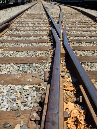 화창한 날에 교차점에서 오래된 철도 트랙