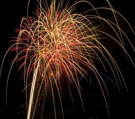 Lange blootstelling van veelkleurige Fireworks tegen een zwarte lucht