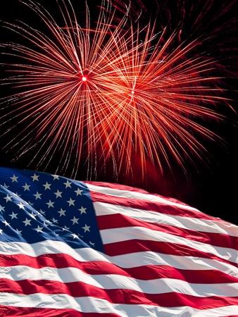 De Amerikaanse vlag en rode vuur werk van dag van de onafhankelijkheid Stockfoto