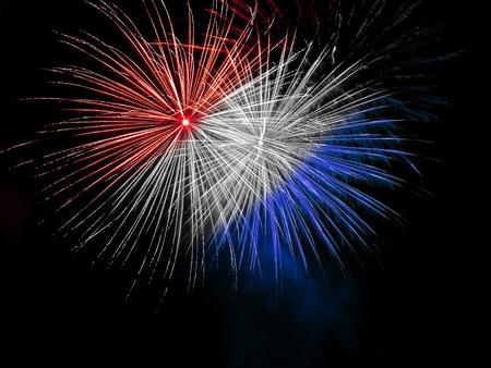 Longue exposition de Red, White and Blue Fireworks contre un ciel noir