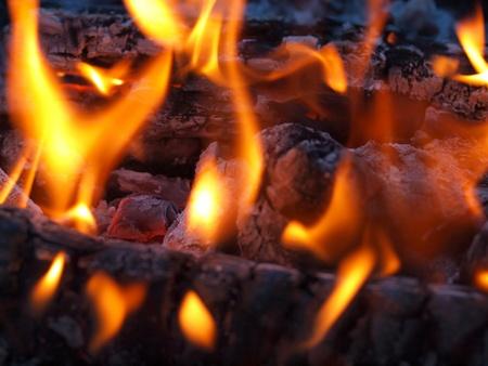 glut: Hintergrund der Flammen und gl�hend Embers in einem Lagerfeuer