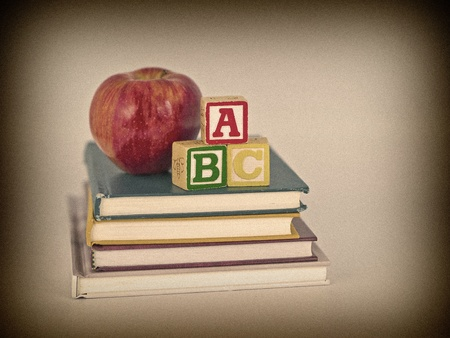 sachant lire et �crire: Les blocs de ABC et Apple sur les livres pour enfants dans un Style Vintage r�tro