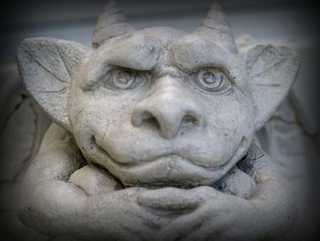 Gargoyle standbeeld nadruk op gezicht en ogen met een donkere rand