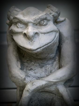 L'accent Statue Gargouille sur le visage et les yeux avec une bordure noire