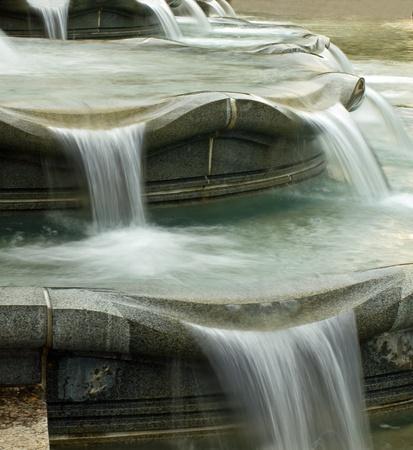 Water in een fontein stroomt met een langzame sluitertijd