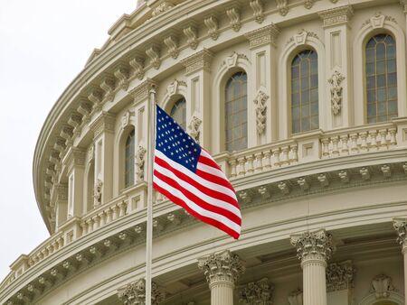 미국 국기와 워싱턴 DC에있는 미국 국회 의사당 건물