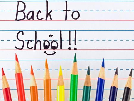 色鉛筆で並んで乾式消去ボードに書かれた学校に戻る 写真素材