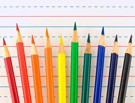 罫線入り用紙で分離された着色された鉛筆の虹
