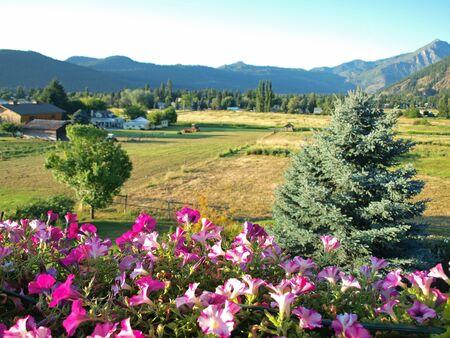 Un point de vue Campagne Montagne D'un balcon fleuri Banque d'images - 10754494