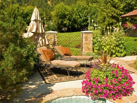 정원 속에서 두 개의 빈 라운지 의자