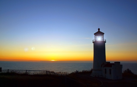 Licht schijnt in de North Head Vuurtoren op de Washington kust bij zonsondergang
