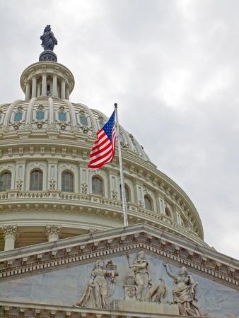 Etats-Unis Capitol Building � Washington DC avec drapeau am�ricain �ditoriale