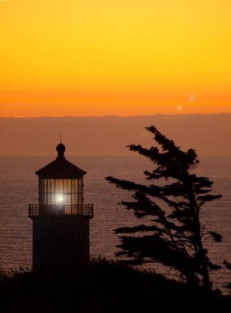 夕暮れ時ワシントン州の海岸の北のヘッドの灯台の光