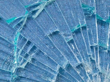푸른 하늘 배경 무늬와 금이 간 유리 매크로 스톡 콘텐츠