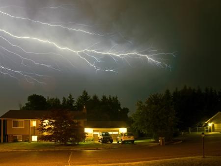 Bliksem flitst een Stormachtige Hemel van de Nacht