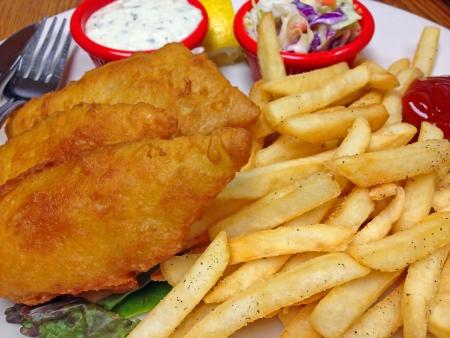 cole: Un piatto di maltrattate filetti di pesce fritto con patate fritte, salsa tartara e patatine Cole Archivio Fotografico