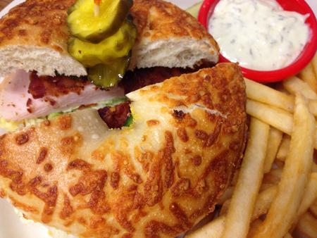 turkey bacon: Turchia e pancetta Bagel Sandwich lati con patate fritte