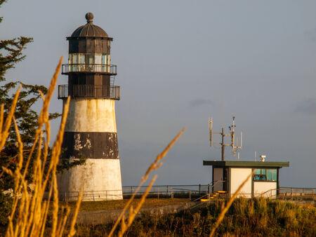 decepci�n: Faro de la decepci�n del cabo en la puesta del sol en la costa de Washington EE.UU.