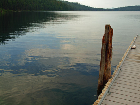 Wooden Dock on a Calm Lake Standard-Bild