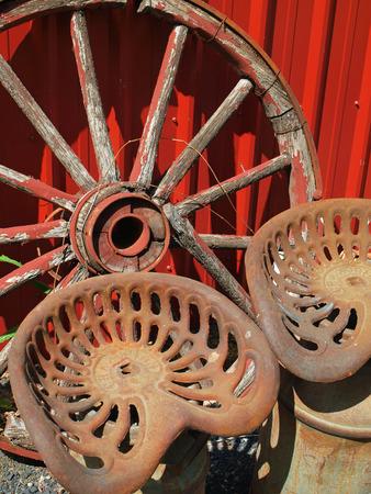 carreta madera: Rueda de carro de madera y dos asientos de metal