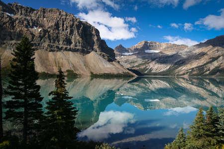 paisaje rural: Bow Lake en el Parque Nacional Banff - Canadá Foto de archivo